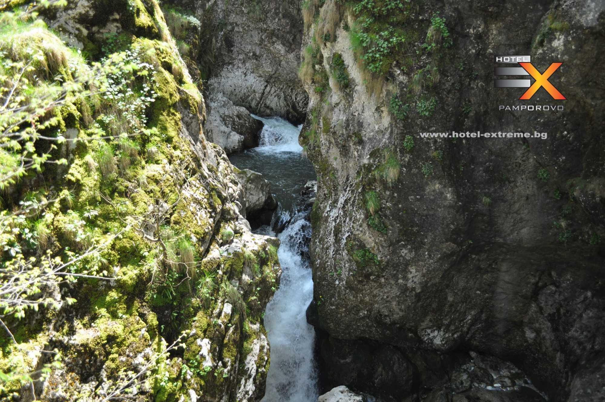 Реката, която влиза в пещерата Дяволското гърло