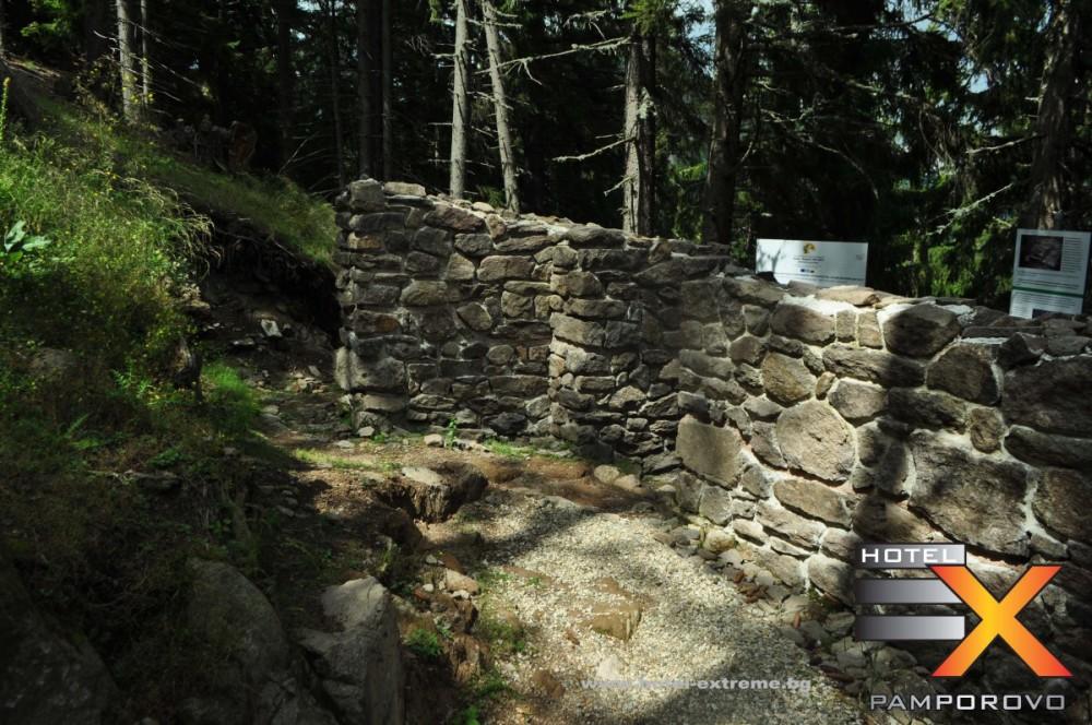 Страхотен сенчест кадър на част от крепостната стена.